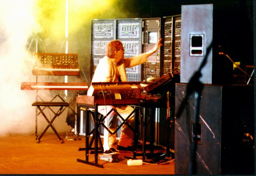 Klaus Schulze Bühne an Quasimidi Wand